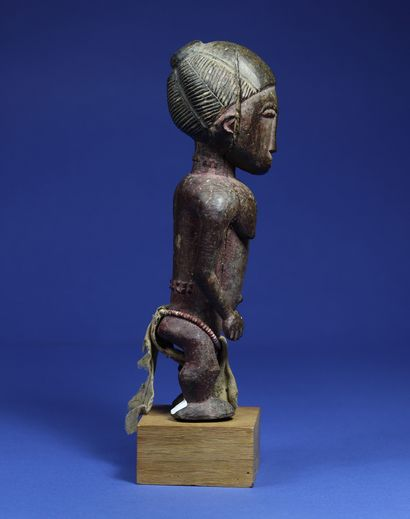 Interesting statue representing a female figure, the arms detached from the body,...