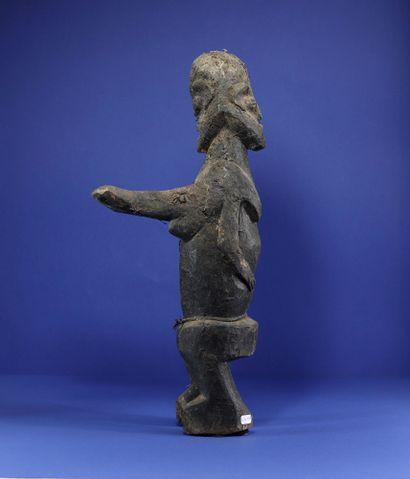 Intéressante statue janus, l'un des personnages avec les bras dressés devant lui,...