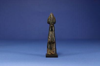 Petite poupée de fertilité biiga. Bois et cuir. Mossi, Burkina Faso. H. 14,5 cm....