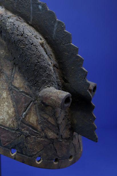 Masque casque représentant un animal surnaturel, les yeux tubulaires, deux longues...