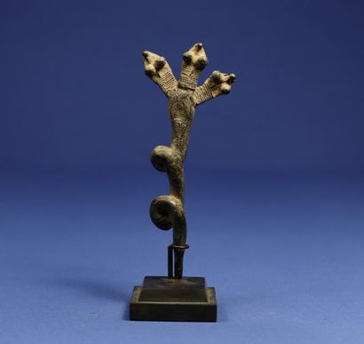 Ritual bronze in the form of a three-headed snake. Gan, Burkina Faso. H. 14 cm....