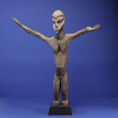 Statue féminine toute en mouvement, figurée debout les bras grands ouverts. Bois...