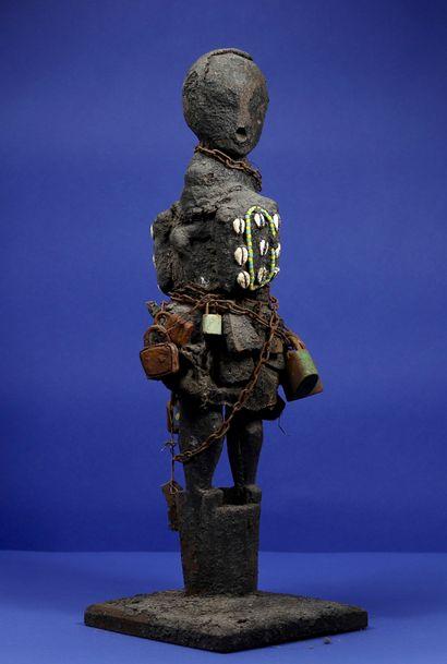 Statue votive en bois représentant un personnage...
