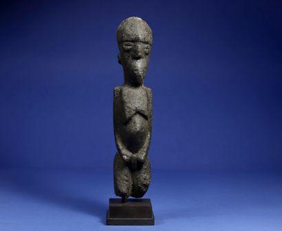 Statue féminine figurée debout, les bras...