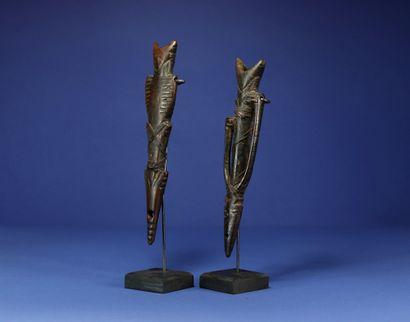Deux sifflets. Bois et cuir. Nuna, Burkina Faso. H. 24 cm. Provenance : - Collection...