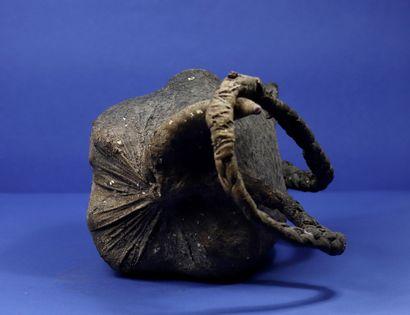 """Important objet fétiché du culte du """"Tron"""" composé d'un ballot de tissu avec une..."""