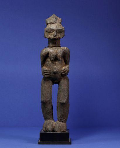 Intéressante statue représentant un personnage féminin, les jambes hautes et puissantes,...