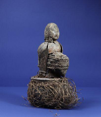 Statue votive enserrée dans un vase en terre...