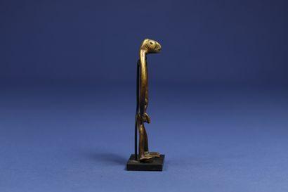 Superbe petit bronze figurant un personnage masculin debout, le corps filiforme...