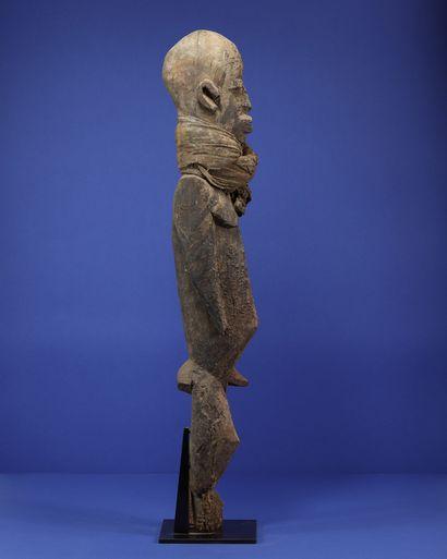 Importante statue masculine portant un tissu noué autour du cou, en position debout,...