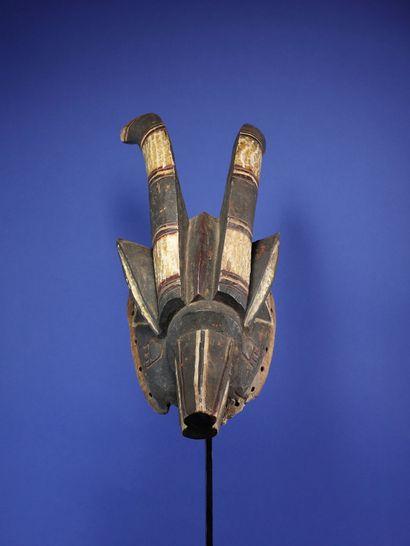 Beau masque antilope aux lignes tendues figurant deux cornes projetées en arrière,...