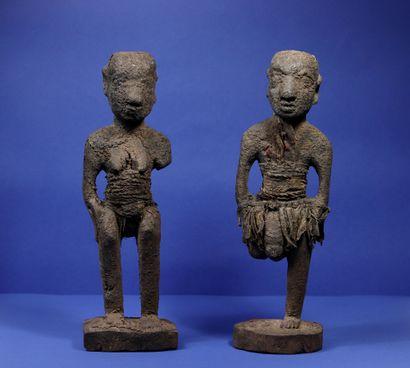 Couple de statues votives en bois recouvertes...
