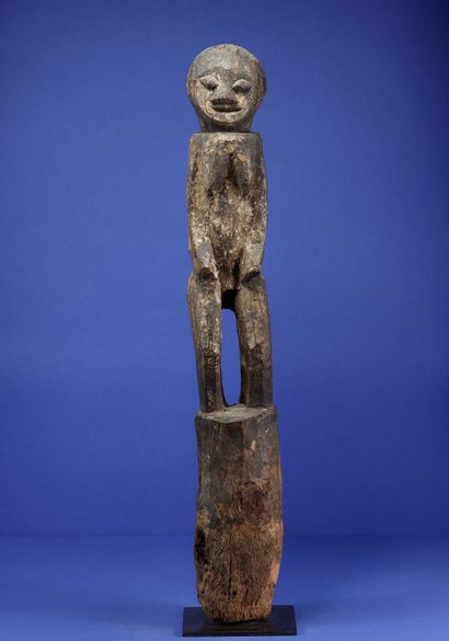 Poteau botchio en bois représentant un personnage...