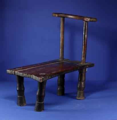 Chaise basse et étroite à belle patine d'usage....