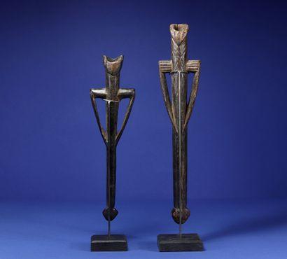 Deux sifflets. Bois. Bwa, Burkina Faso. H. 28 cm et 33 cm. Provenance : - Collection...