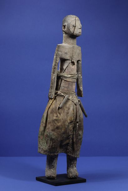 Statue en bois représentant un personnage...