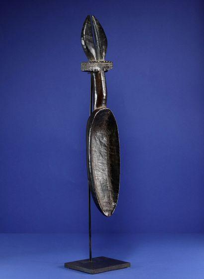 Cuillère wakemia, le cuilleron allongé, le manche décoré d'une paire de cornes....