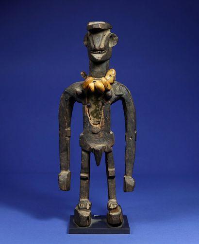 Statue masculine au style vigoureux, les bras démesurément longs décollés du buste...