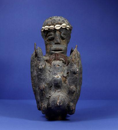 Statue de féticheur représentant un personnage...
