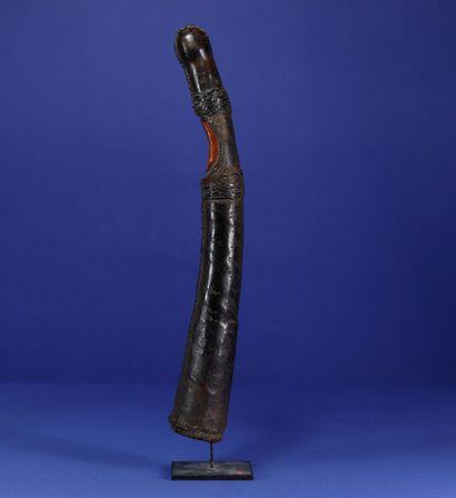Ancien olifant. Ivoire et cuir, profonde patine d'usage. Toma, Guinée. H. 39 cm....