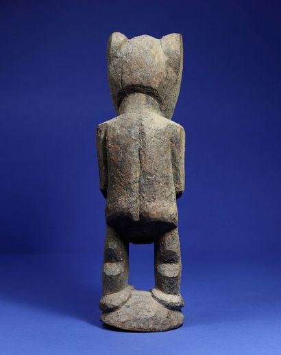 Rare statue masculine anthropo-zoomorphe en position debout, les bras le long du...