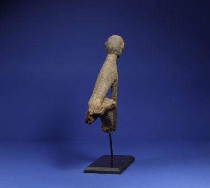 Sommet de bâton de divination figurant un personnage assis, bras rejoignant les...