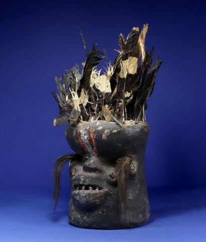 Rare fétiche de protection des champs Glé représentant un visage monstrueux coiffé...