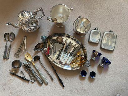 Lot de métal argenté comprenant couteaux...