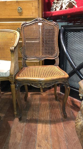 Suite de deux chaises En bois mouluré sculpté De style Louis XV Assise cannée