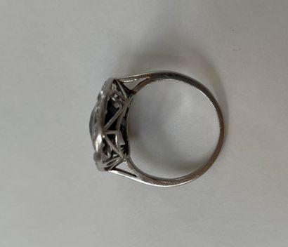 Bague en platine Sertie clos d'un saphir dans un entourage de diamants TA (égrisures)...