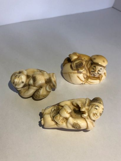 JAPON Three small okimonos In carved ivory late 19th-early 20th c Dimensions : 4,5...