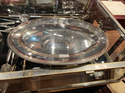 Deux plats en argent Un plat long gravé d'une...