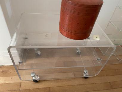 Trois éléments en plexi comprenant: Table-basse...