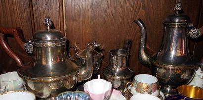 Service à thé et café en métal argenté Modèle balustre à frise de filets et rubans...