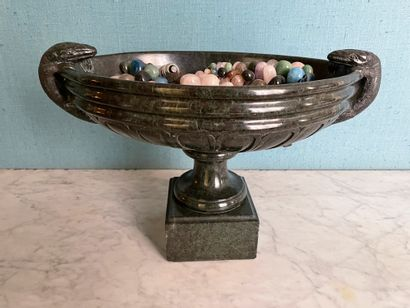 Large cup In green marble Of oblong form The side grips with figures of Varanus...