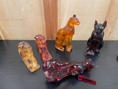 EGYPTE Set of 5 sculptures In imitation of amber Of which three cats Bastet and two...