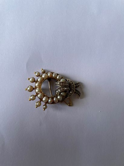 585/°°° gold brooch with a loop motif Decorated with button pearls enhanced by a...