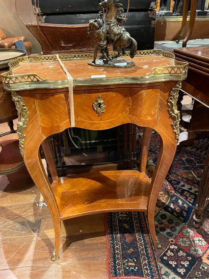 Table de salon En bois de placage Ouvrant par un tiroir en ceinture Le plateau ceint...