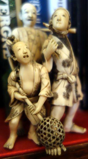 Okimono en ivoire Groupe de trois personnages...
