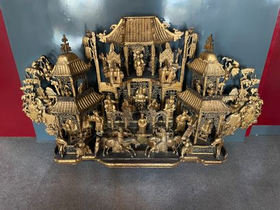 CHINE Fragment of a bedroom Large palace scene in gold lacquered wood End of the...