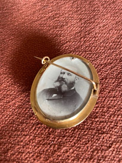 A gold brooch 750°°°° engraved Napoleon III, decorated with braided hair in a frame...