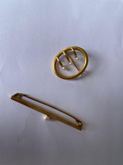 Lot comprenant une broche barrette en or...
