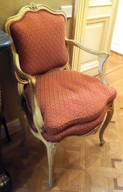 Paire de fauteuils en bois mouluré sculpté...