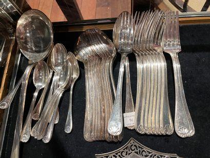 Partie de ménagère en métal argenté Motif coquille