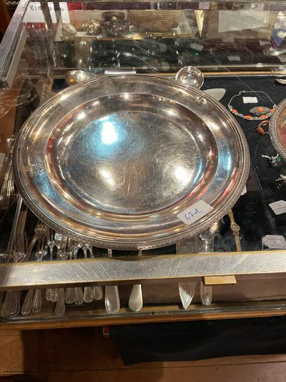 Deux plats en argent Un plat long gravé d'une couronne fermée et d'armoiries. P....
