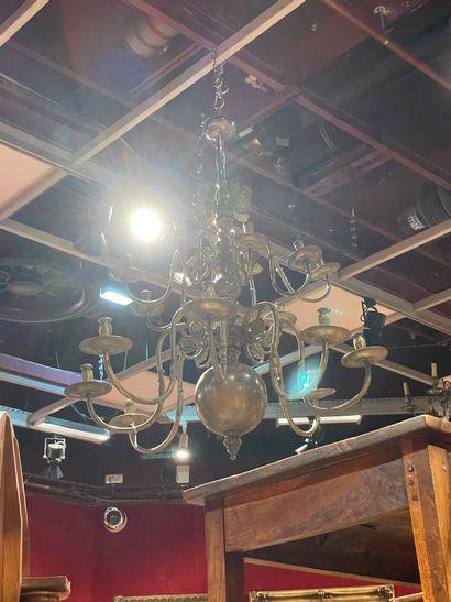 Important lustre en bronze poli à seize lumières...