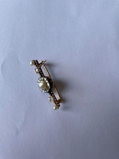 Broche barrette En or 585/°°°) et argent (950/°°°)sertie de perles boutons rehaussée...