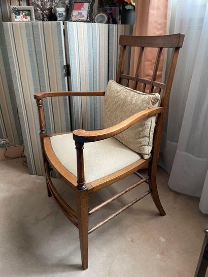 Paire de fauteuils en bois naturel à décor...