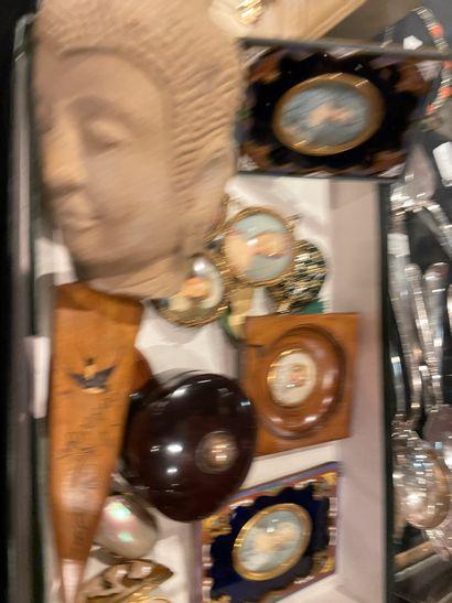 Ensemble d'objets de vitrine comprenant boîte, miniatures et tête de Bouddha