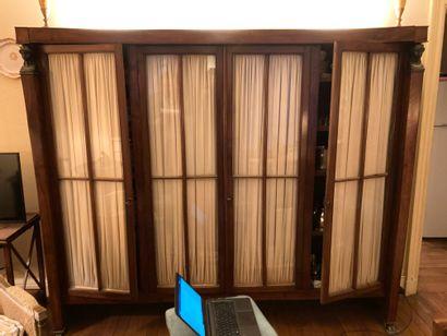 Bibliothèque vitrée en acajou et placage....